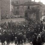 Piazza Città dell'Aquila ex Corso Umberto I. Anni 30. Adunanza della popolazione nella piazza per la posa di una stele in ricordo di Armando Mussolini